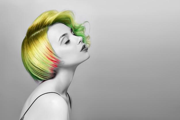Retrato, de, mulher, luminoso colorido, voando, cabelo, verde Foto Premium