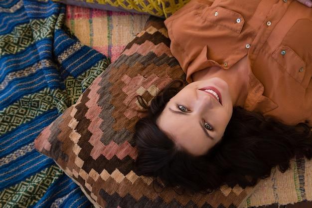 Retrato, de, mulher relaxando, em, barraca Foto gratuita