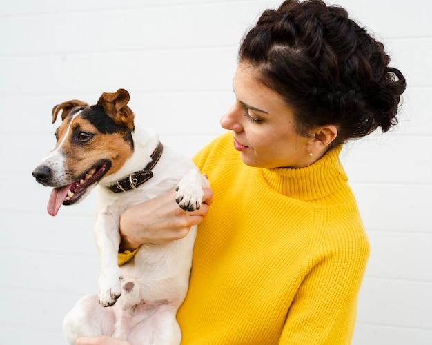 Retrato, de, mulher segura, dela, cão Foto gratuita