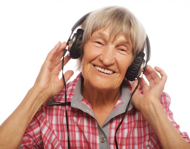 Retrato de mulher sênior ouvindo música Foto Premium