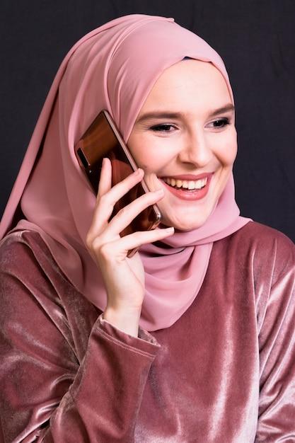 Retrato, de, mulher sorridente, falando telefone móvel Foto gratuita