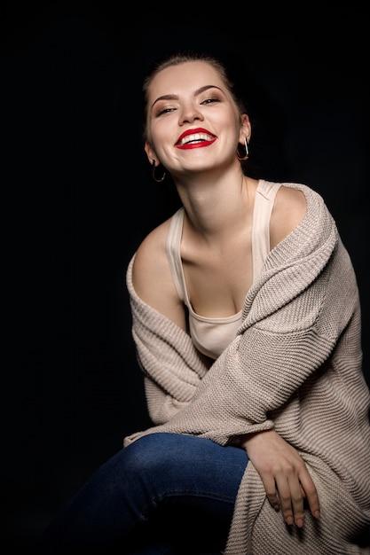 Retrato, de, mulher sorridente, ligado, pretas Foto Premium