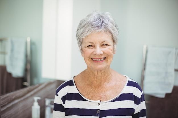 Retrato de mulher sorridente sênior Foto Premium