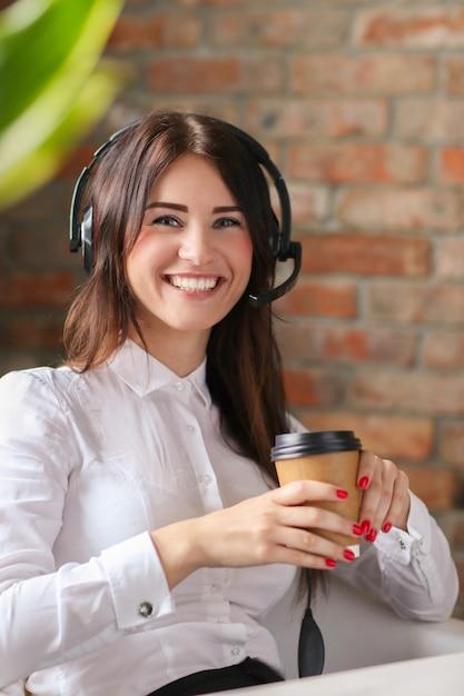Retrato de mulher trabalhadora de atendimento ao cliente Foto gratuita