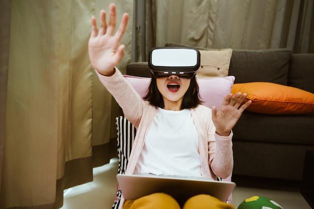 Retrato de mulher usando óculos de realidade virtual com emocionante em casa Foto Premium