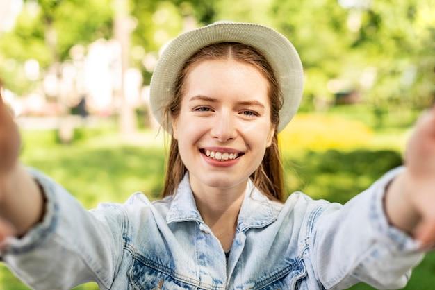 Retrato de mulher viajante no parque Foto gratuita