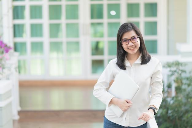 Retrato, de, mulheres trabalhadoras, segurando, laptop, conceito negócio Foto Premium