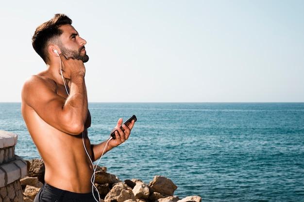 Retrato de música esportiva homem Foto gratuita