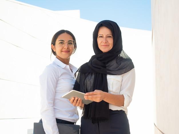 Retrato de negócios de mulheres de negócios multiculturais de sucesso Foto gratuita