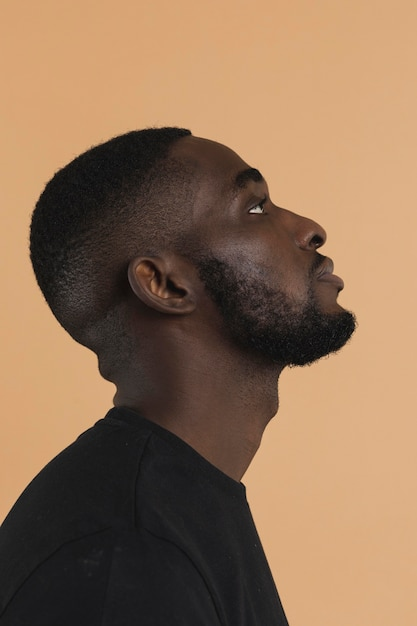 Retrato de negro americano olhando para cima Foto gratuita