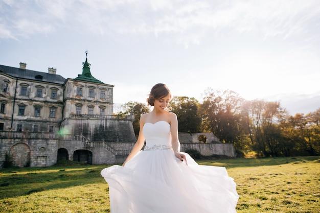 Retrato de noiva jovem feliz no vestido branco Foto Premium