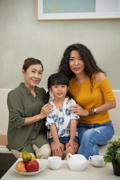 Retrato de outro, filha e avó em casa Foto gratuita