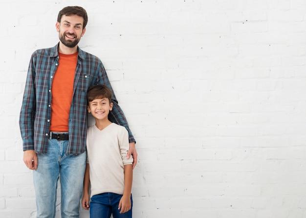 Retrato de pai e filho com espaço de cópia Foto gratuita