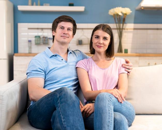 Retrato de pai e mãe posando juntos Foto Premium