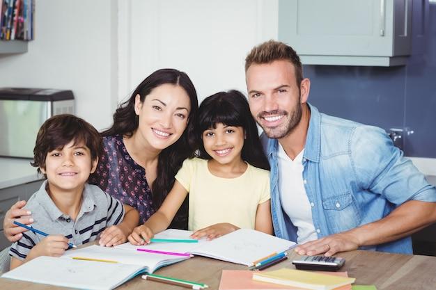 Retrato de pais felizes ajudando crianças Foto Premium