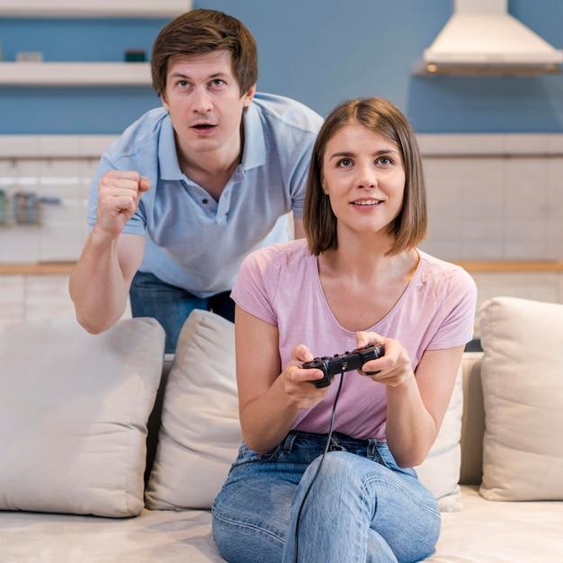 Retrato de pais jogando videogame juntos Foto gratuita