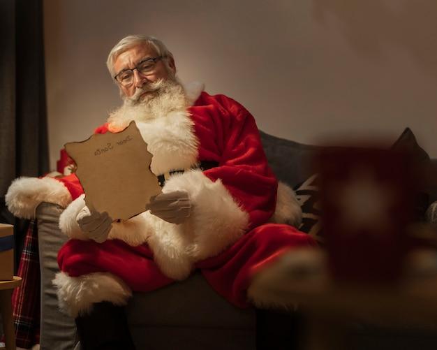 Retrato, de, papai noel, leitura, carta natal Foto gratuita