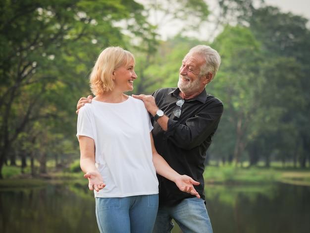 Retrato, de, par velho, aposentadoria homem, e, mulher, feliz, parque, junto Foto Premium