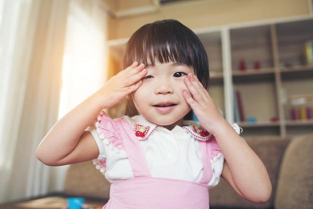 Retrato, de, pequeno, menina asiática, tocando, em, dela, lar Foto gratuita