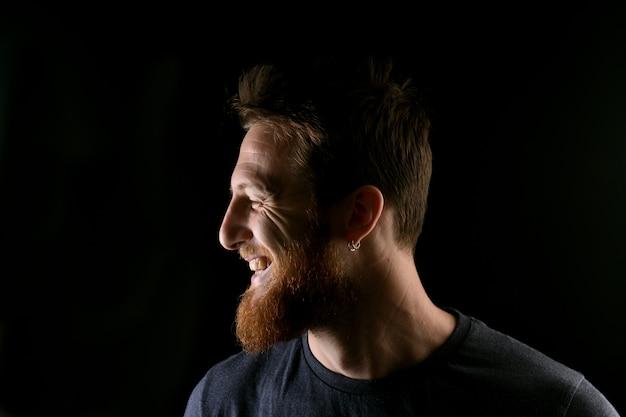 Retrato, de, perfil, de, um, homem sorridente, ligado, pretas Foto Premium