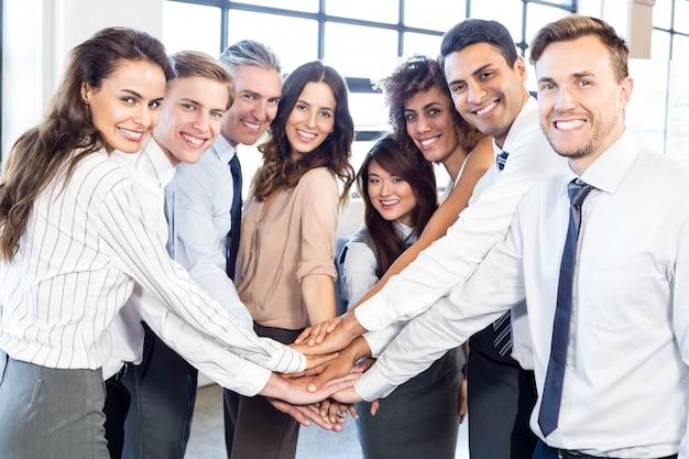 Retrato, de, pessoas negócio, empilhando mãos, em, escritório Foto Premium