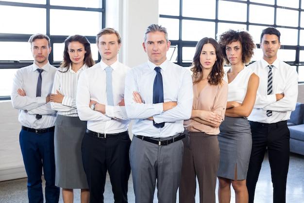 Retrato, de, pessoas negócio, ficar, com, braços cruzaram, em, escritório Foto Premium