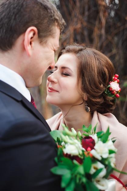 Retrato de recém-casados felizes na natureza outono. Foto Premium