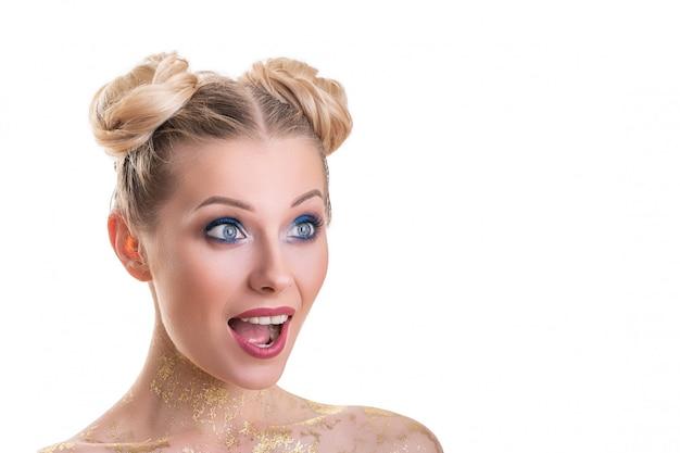 Retrato de rosto de mulher de beleza. menina bonita do modelo dos termas com pele limpa fresca perfeita. Foto Premium