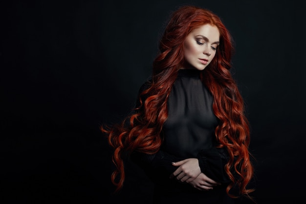 Retrato, de, ruivo, excitado, mulher, com, cabelo longo Foto Premium