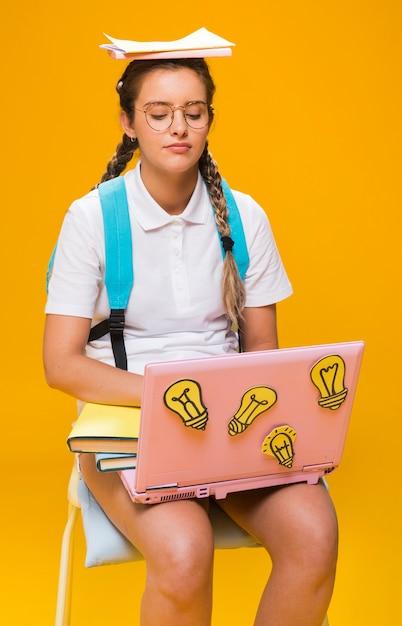 Retrato, de, schoolgirl, estudar, com, laptop Foto gratuita
