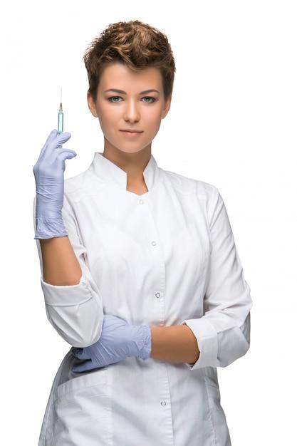 Retrato de senhora cirurgião mostrando seringa Foto gratuita