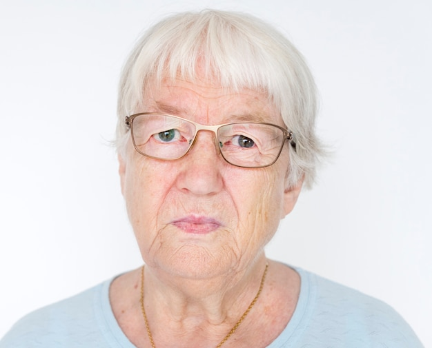 Retrato, de, sério, branca, idoso, mulher Foto gratuita
