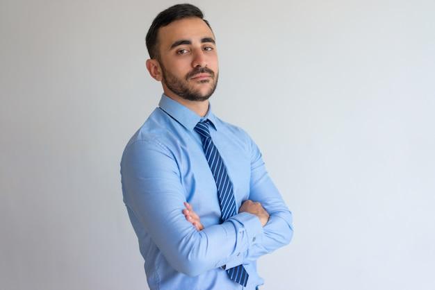 Retrato, de, sério, confiante, homem negócios Foto gratuita
