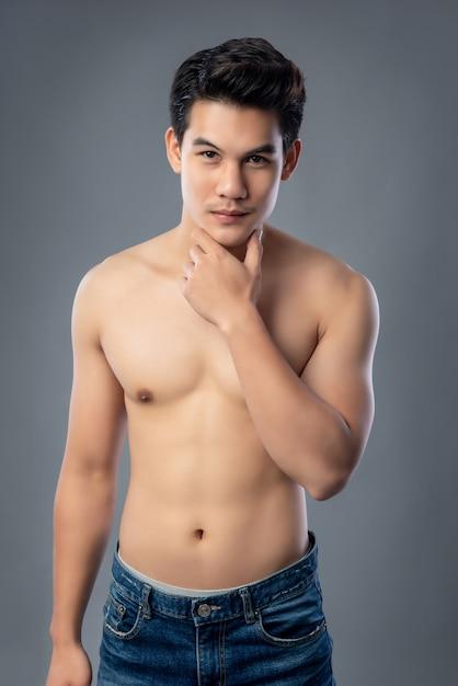 Retrato, de, shirtless, jovem, bonito, homem asian, tiro estúdio Foto Premium