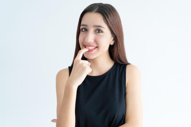 Retrato, de, sorrindo, adolescente, menina asiática, morder, prego Foto gratuita