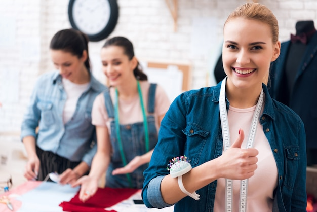 Retrato, de, sorrindo, costureira, mostrando, polegares cima Foto Premium