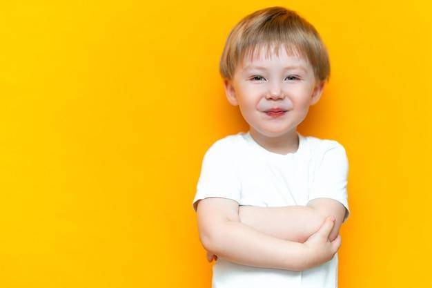 Retrato, de, sorrindo, criança feliz, 3, anos velho, raça misturada, metade, asiático, metade, caucasiano, com, cabelo loiro, e, olhos verdes Foto Premium