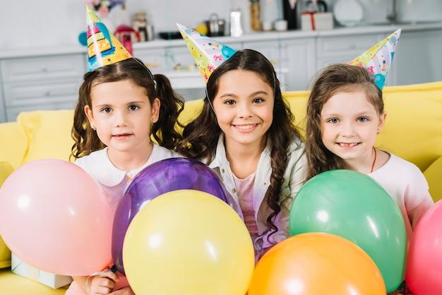 Retrato, de, sorrindo, cute, menina, com, balões coloridos Foto gratuita