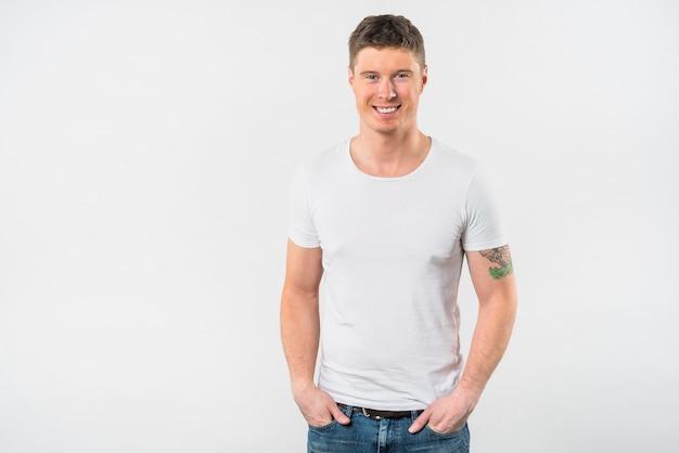 Retrato, de, sorrindo, homem jovem, com, seu, passe, bolso, isolado, branco, fundo Foto gratuita