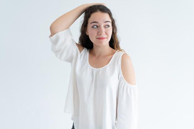 Retrato, de, sorrindo, jovem, caucasiano, mulher, riscar, cabeça Foto gratuita