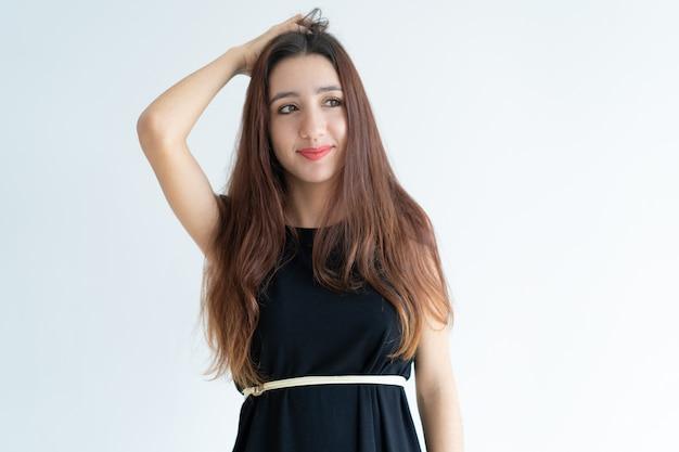 Retrato, de, sorrindo, jovem, mulher asian, riscando cabeça Foto gratuita