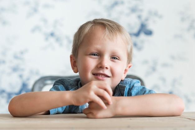 Retrato, de, sorrindo, loiro, menino Foto gratuita