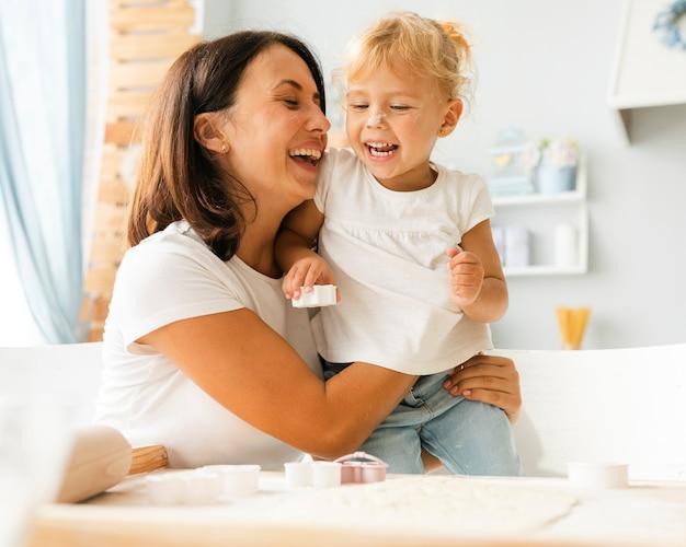 Retrato, de, sorrindo, mãe filha Foto gratuita