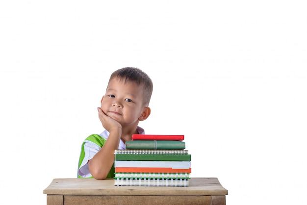 Retrato, de, sorrindo, pequeno, estudante asiático, menino, com, muitos, livros Foto Premium