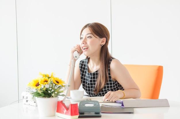 Retrato, de, sucedido, executiva, trabalhando, com, laptop, em, escritório Foto Premium