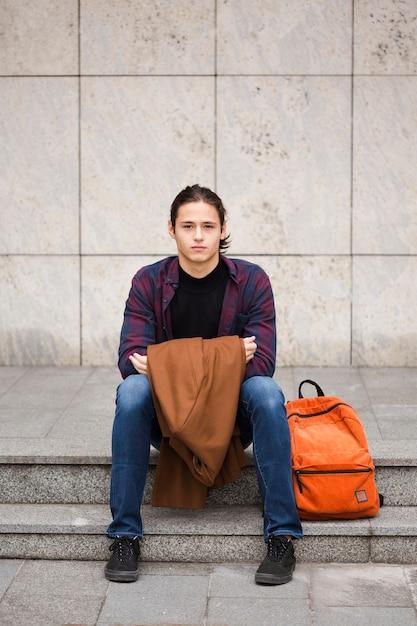 Retrato de turista segurando seu casaco Foto gratuita