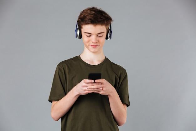 Retrato de um adolescente sorridente Foto gratuita