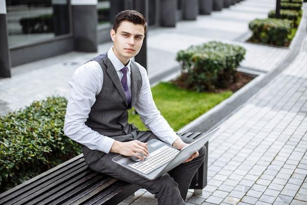 Retrato, de, um, atraente, homem jovem, exterior Foto Premium