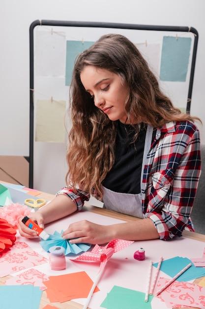 Retrato, de, um, atraente, mulher, fazendo, criativo, origami, ofícios Foto gratuita