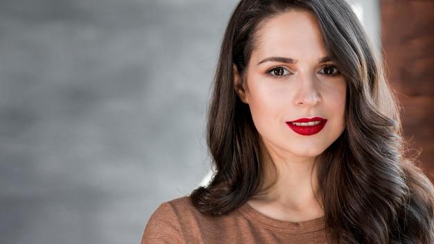 Retrato, de, um, atraente, mulher jovem, olhando câmera Foto gratuita